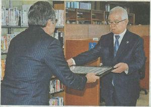 県立図書館に図書を寄贈しました
